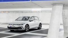 Nuova Volkswgen Golf GTE plug-in hybrid: vista 3/4 anteriore