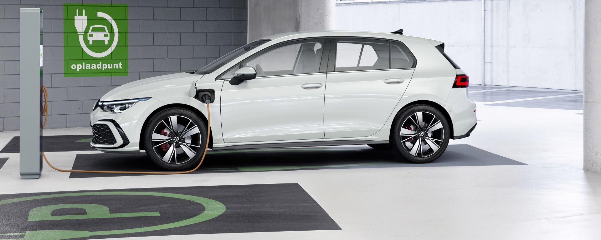 Nuova Volkswgen Golf GTE plug-in hybrid: vista laterale