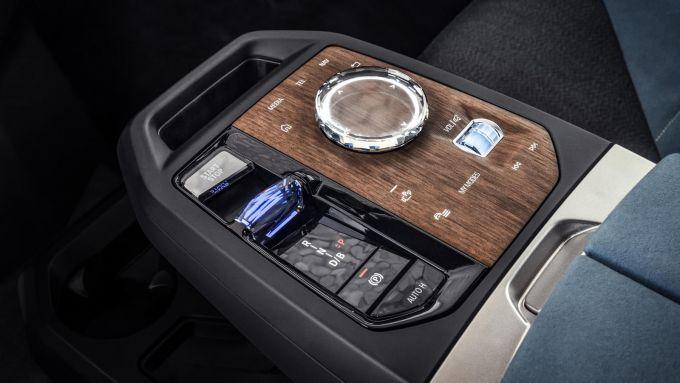 Nuovo BMW iDrive 8: la console centrale con il rotore in cristallo per i comandi