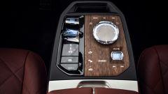 Nuovo BMW iDrive 8: rimane il rotore a centro console