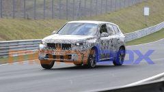Nuovo BMW X1 2022, nuove foto spia: visuale di 3/4 anteriore