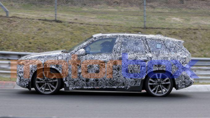 Nuovo BMW X1 2022, nuove foto spia: visuale laterale