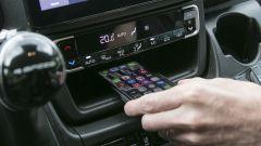 Nuovo Fiat Ducato 2021: il vano per la ricarica wireless del cellualre