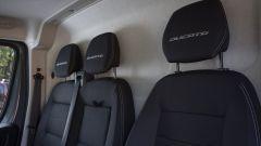 Nuovo Fiat Ducato 2021: poggiatesta regolabili e griffati per i sedili