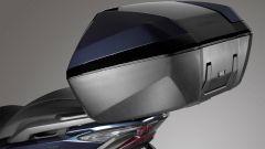 Nuovo Honda Forza 300 2018: il bauletto contiene due caschi