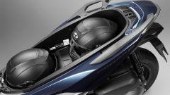Nuovo Honda Forza 300 2018: il vano sottosella contriene due caschi integrali