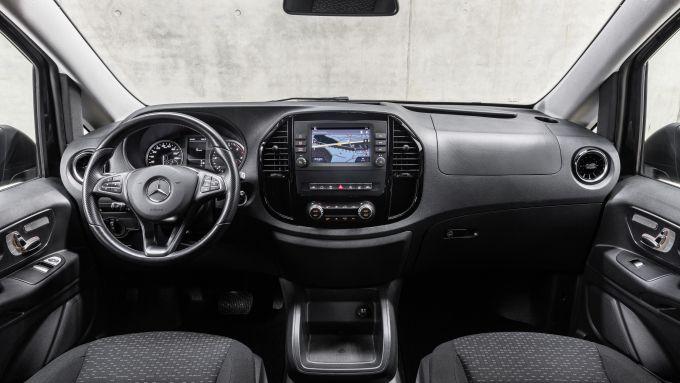 Nuovo Mercedes Vito 2020: l'abitacolo ben rifinito e sulla plancia il touchscreen da 7''