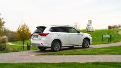 Nuovo Mitsubishi Outlander PHEV 2019: vista 3/4 posteriore
