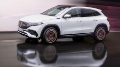 Nuovo modelli Mercedes: il nuovo crossover elettrico EQA in una vista laterale