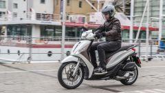 Nuovo Piaggio Medley: vicicno al porto di Genova con lo scooter a ruote alte