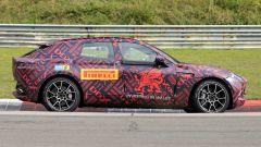 Nuovo Suv Aston Martin DBX: una vista laterale dinamica