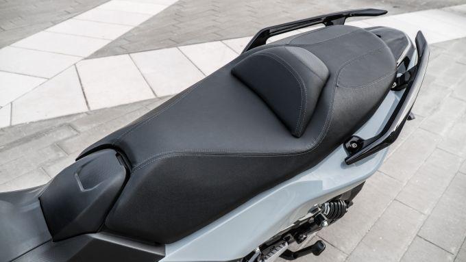 Nuovo Sym Maxsym TL 500: la sella è comoda per guidatore e passeggero. Lunghi i maniglioni posteriori per tenersi bene