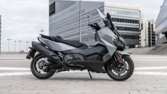 Nuovo Sym Maxsym TL 500: una vista laterale dello scooter