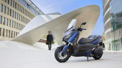 Nuovo Yamaha T-Max 400 2018, nel sottosella ora ci stanno due cachi integrali