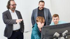 Oliver Stefani, capo del design Skoda, dà indicazioni agli studenti