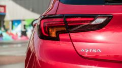 Opel Astra Ultimate: il badge posteriore