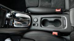 Opel Astra Ultimate: portaoggetti e bracciolo centrale