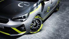 Opel Corsa e-Rally: un dettaglio di fanali e cerchi anteriori