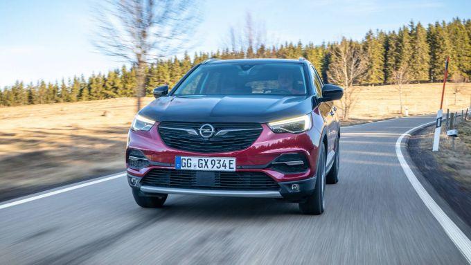 Opel Grandland X Hybrid4, 300 cv e 50 km di autonomia in EV