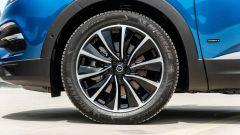 Opel Grandland X Hybrid4: i cerchi in lega da 19