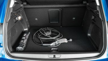 Opel Grandland X Hybrid4: il bagagliaio con cavo di ricarica
