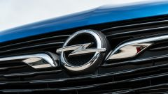 Opel Grandland X Hybrid4: il logo della Casa tedesca