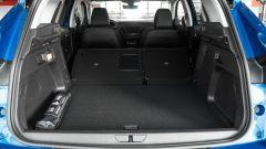 Opel Grandland X Hybrid4: il vano di carico con sedili reclinati