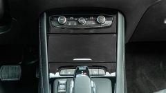Opel Grandland X Hybrid4: in dettaglio il vano portaoggetti richiudibile