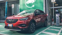 Opel Grandland X Hybrid4 in ricarica da una colonnina pubblica