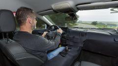 Opel Inisignia: abitacolo con seduta più bassa e strumentazione rivolta verso il pilota