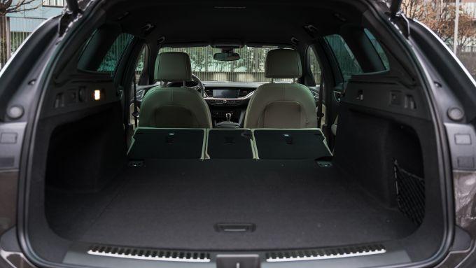 Opel Insignia 2.0 CDTI Ultimate: bagagliaio con sedili abbassati
