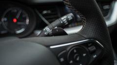Opel Insignia 2.0 CDTI Ultimate: il volante con le palette del cambio