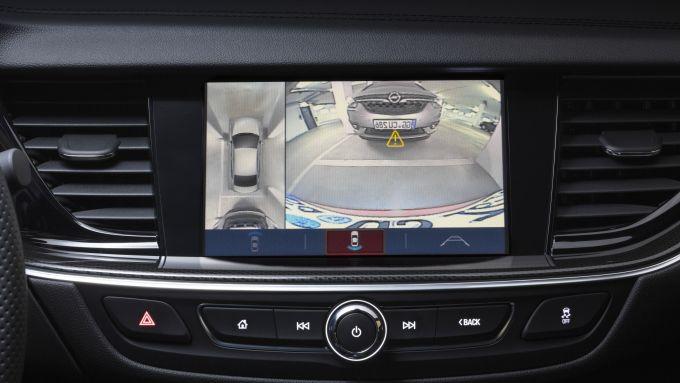 Opel Insignia Sports Tourer 2021, il display dell'infotainment con retrocamera