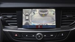 Opel Insignia Sports Tourer 2021, il display dell'infotainment con retrocamera