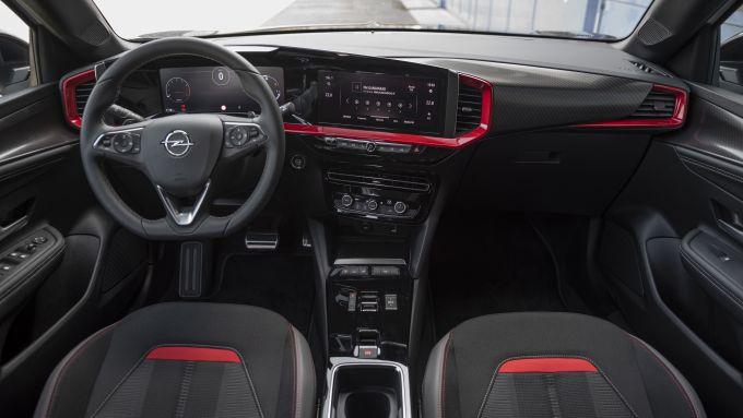Opel Mokka 1.2 130 CV AT8 GS Line Pack 2021: interni, l'abitacolo