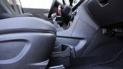 Opel Mokka X GPL Tech, c'è un cassetto sotto il sedile del passeggero