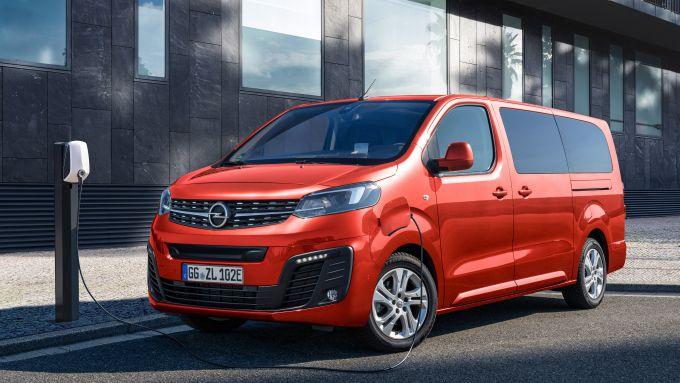 Opel Zafira-e Life, l'auto elettrica in ricarica