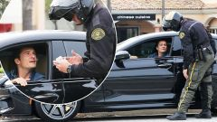 Orlando Bloom fermato in auto, ma qui con la sua BMW