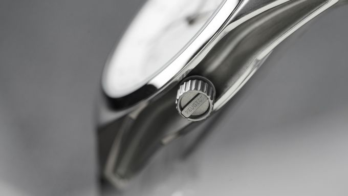 Orologi Armand Peugeot, il pulsante per la regolazione dell'ora con la scritta Peugeot