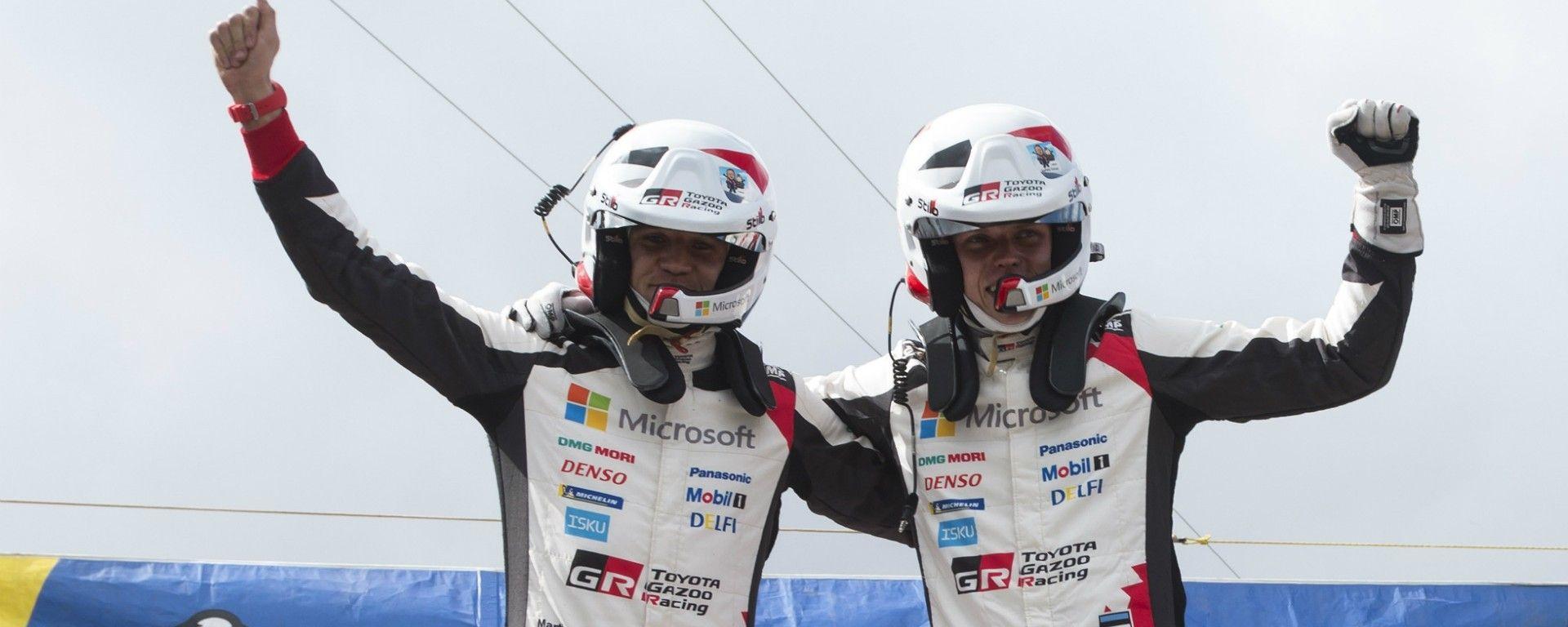 Ott Tanak e il suo codrive sul podio del Rally d'Argentina