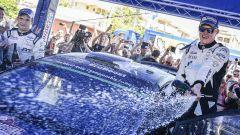 Ott Tanak e il suo copilota sul podio del Rally Italia Sardegna, WRC 2017