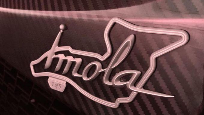 Pagani Imola e Huayra Roadster BC: un dettaglio del logo della Imola