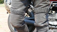 Pantaloni Rev'It! Jeans Moto: dettaglio dei soffietti e delle protezioni sulle ginocchia