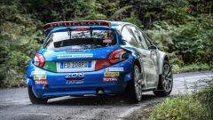 Paolo Andreucci sulla sua Peugeot 208 T16: vista posteriore