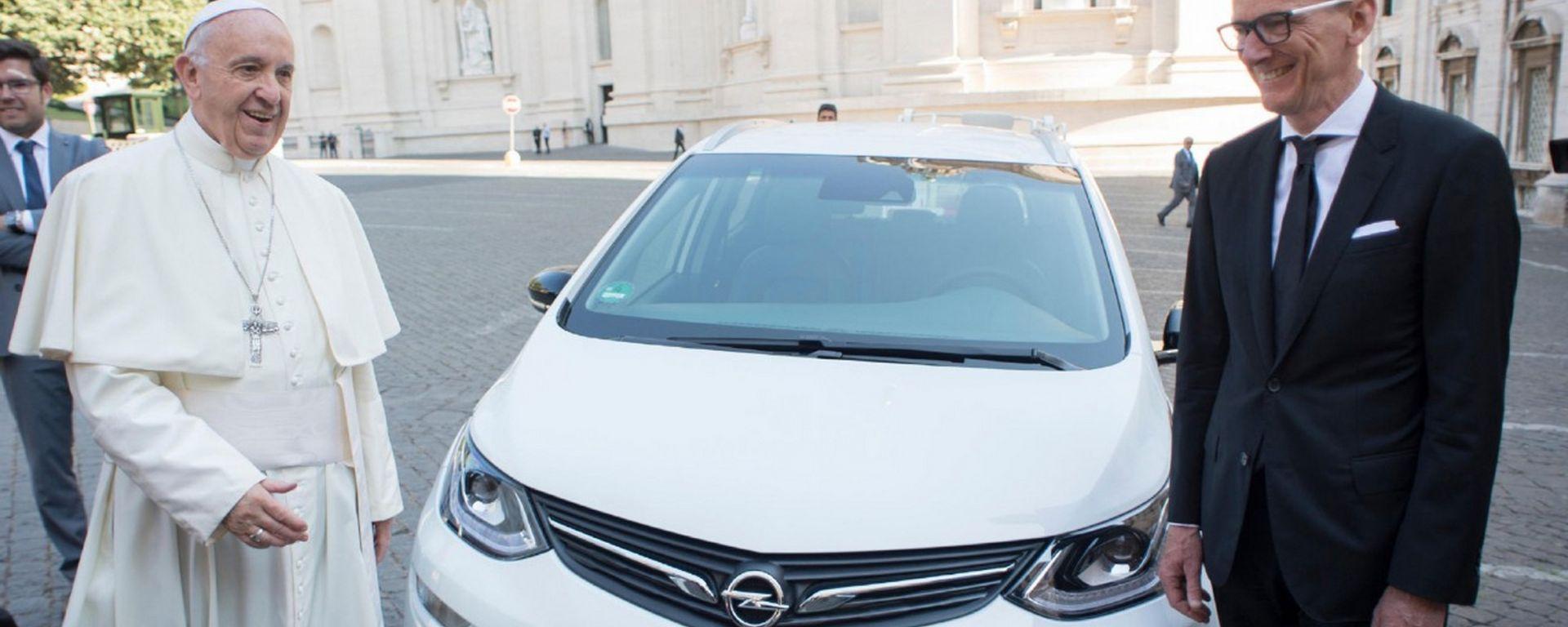 Papa Francesco ha ricevuto una nuova Opel Ampera-e