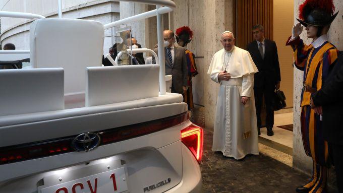 Papa Francesco riceve la sua nuova papamobile basata sulla Toyota Mirai a idrogeno