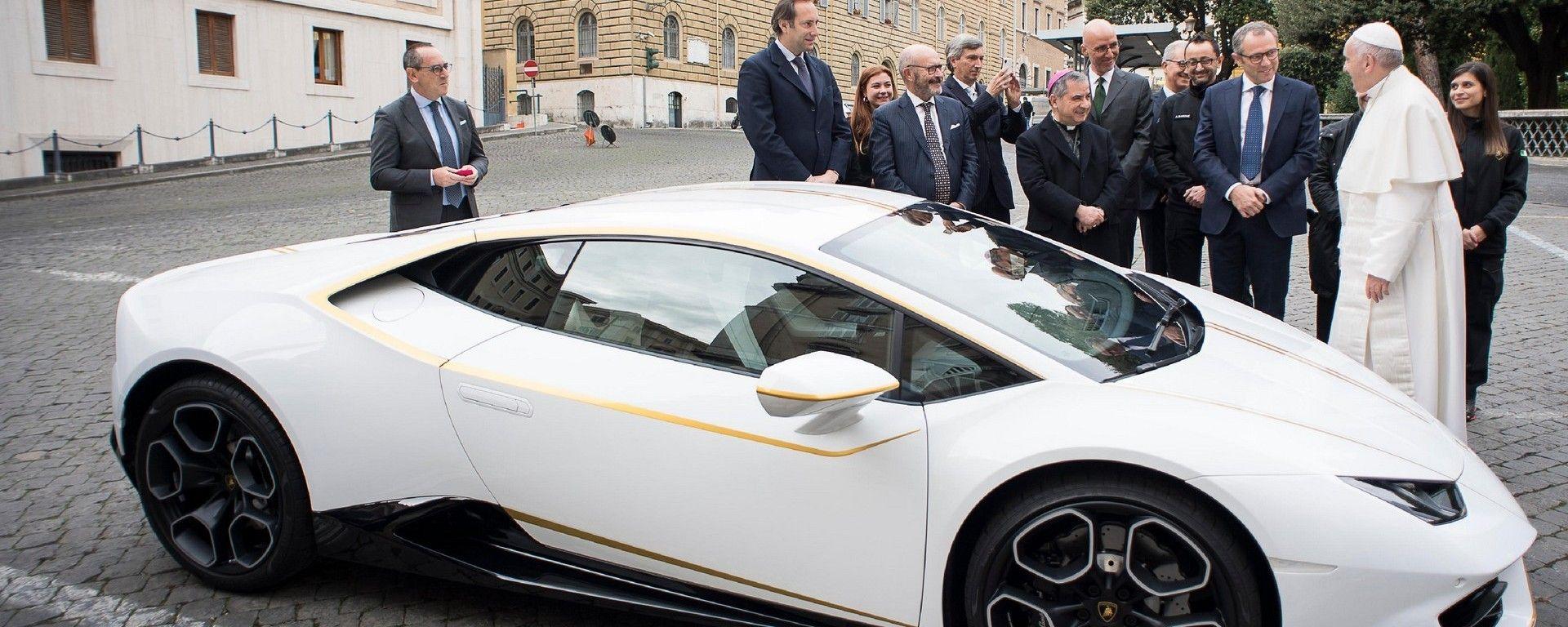 Papa Francesco vende all'asta la sua Lamborghini Huracán
