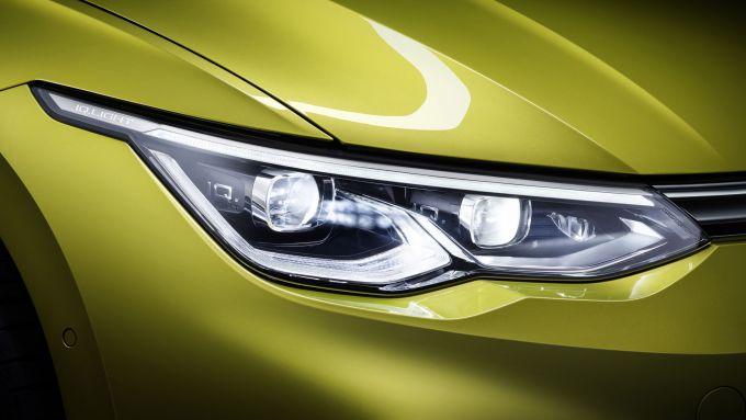 Particolare dei proiettori anteriori della nuova Volkswagen Golf 2020