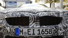 Particolare della nuova calandra della BMW Serie 5 facelift