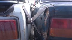 Particolare della saldatura tra le due auto
